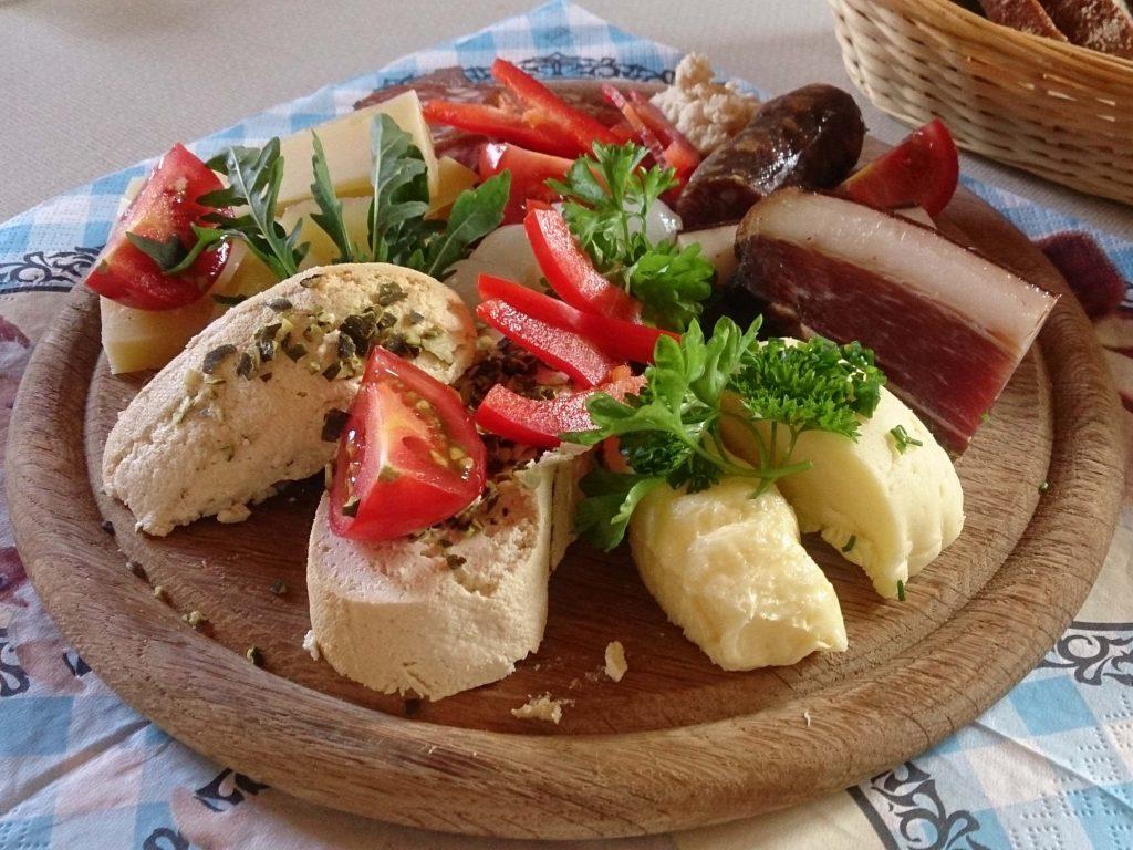 Jause mit Gailtaler Almkäse, Speck, Würste, Schotten; Butter